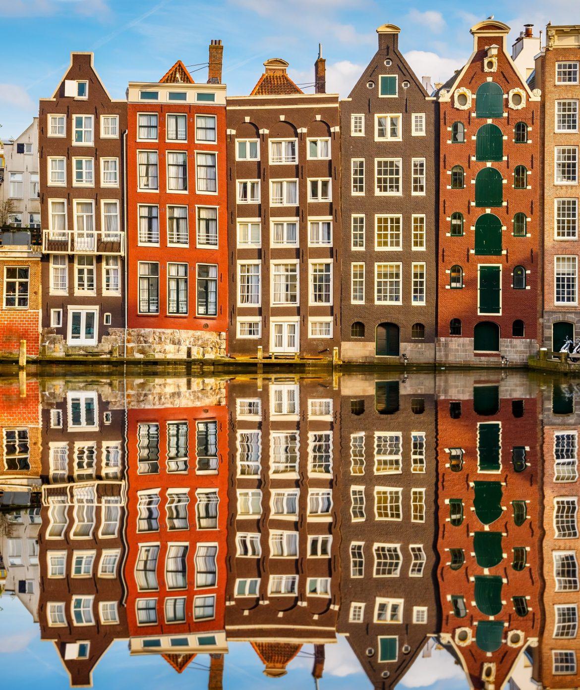 Amsterdam, case si specchiano in un canale