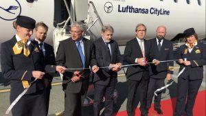 Il Sindaco di Genova, il Senior Sales Manager di Lufthansa Italia e il Direttore generale dell'Aeroporto di Genova tagliano il nastro del primo volo Genova-Francoforte